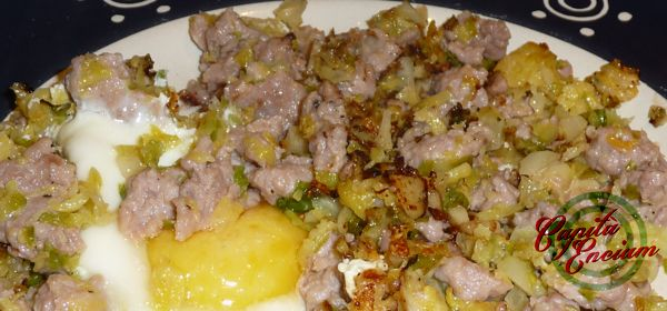 Col saltejada amb salsitxes i ou